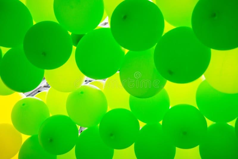Zieleń balony robią ładnemu tłu obraz stock