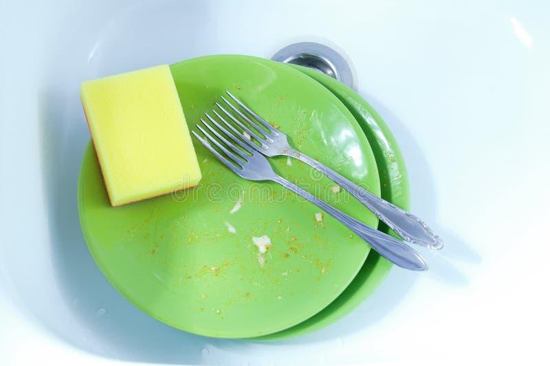 Zieleń brudni talerze z pozostawionym jedzeniem W białym samochodowym obmyciu na widok obraz stock