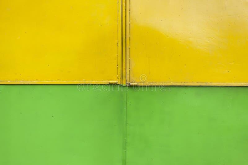 Zieleń i Żółty garażu drzwi zdjęcia royalty free