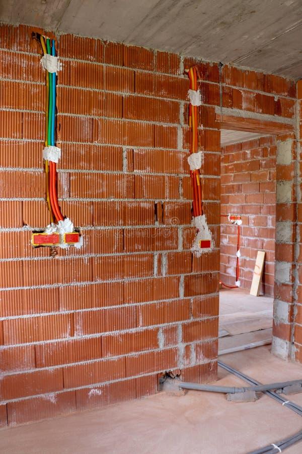 Zieleń i pomarańczowa elektryczna instalacja w domu obraz stock