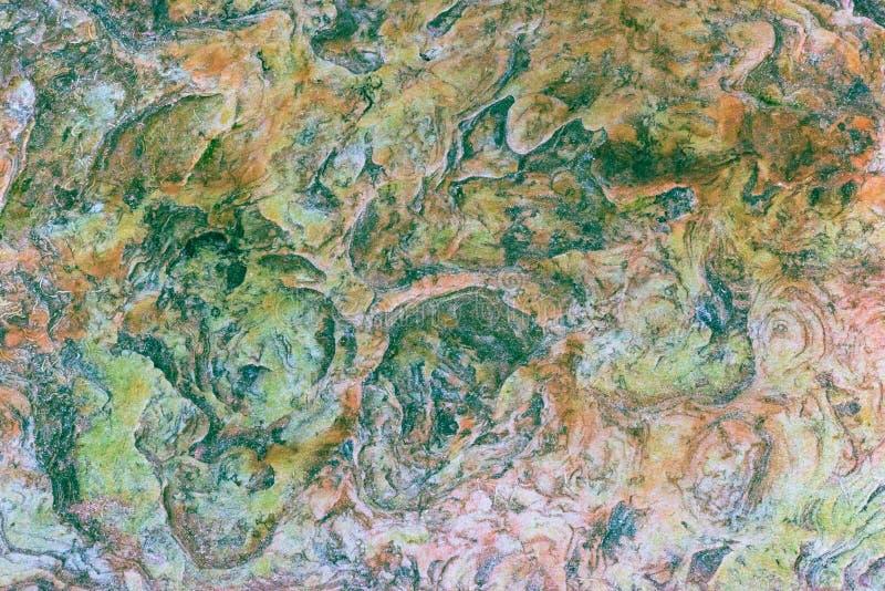 Zieleń, pomarańcze, błękit i żółte osadowe skały, abstrakt - colourful skał warstwy tworzył przez cementacji i świadkowania - zdjęcie royalty free