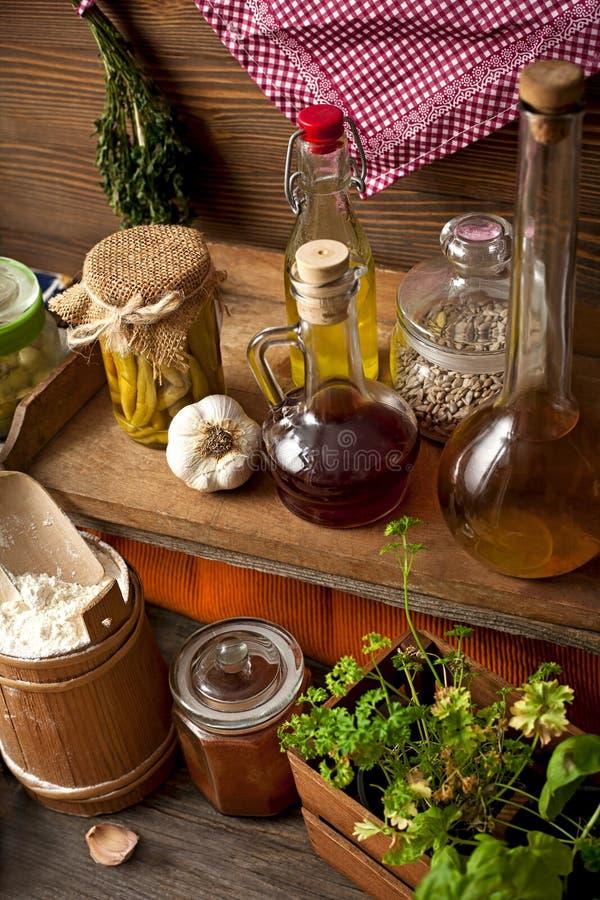 Ziele i pikantność w starej kuchni zdjęcie stock