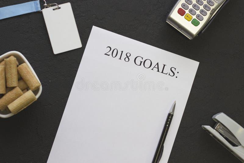 2018 Ziele tapezieren, eine Schüssel Plätzchen und Büroartikel lizenzfreies stockfoto
