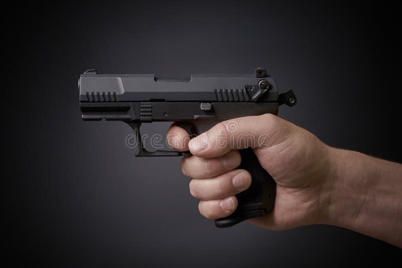 Zielen der Pistole stockbild
