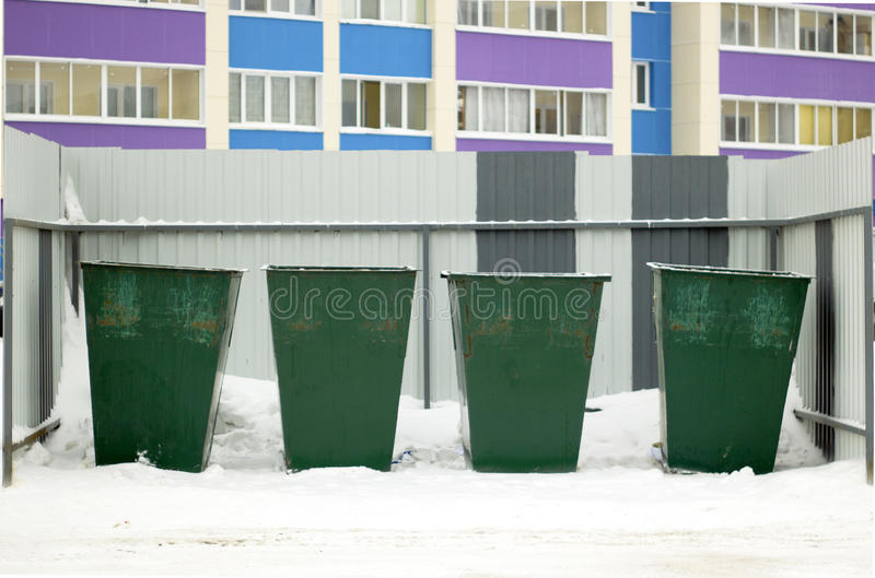 Zieleni śmieciarscy zbiorniki uliczni w zimie zdjęcie stock