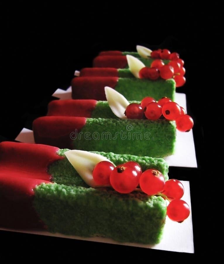 Zieleni basila mousse desery z czerwonymi rodzynkami i czerwony glazerunek na czarnym tle zdjęcia royalty free