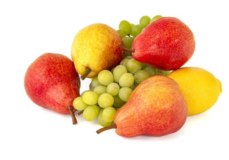 Zieleni beznasienni winogrona z jaskrawymi dojrzałymi bonkretami i żółtą cytryną zdjęcie royalty free