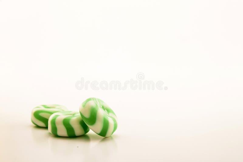 Zieleni cukierki z lampasami na białym tle zdjęcia royalty free