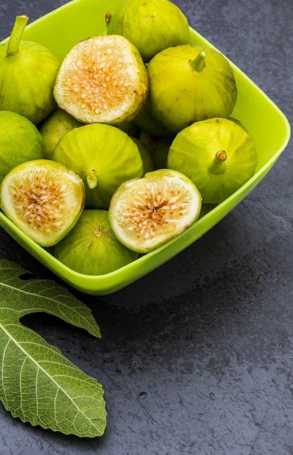 Zieleni figi, świeży i dojrzały przedpole zdjęcie royalty free