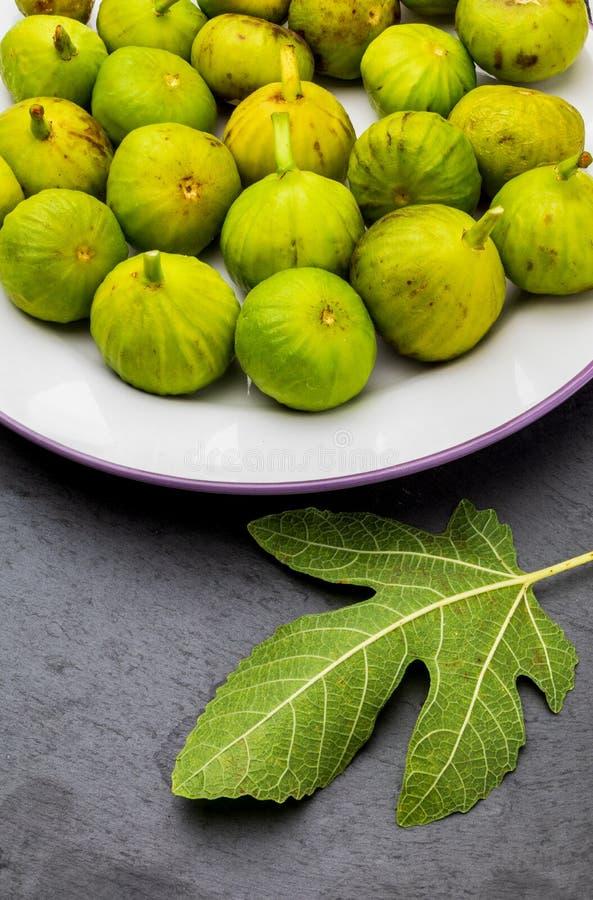 Zieleni figi, świeży i dojrzały przedpole zdjęcia stock