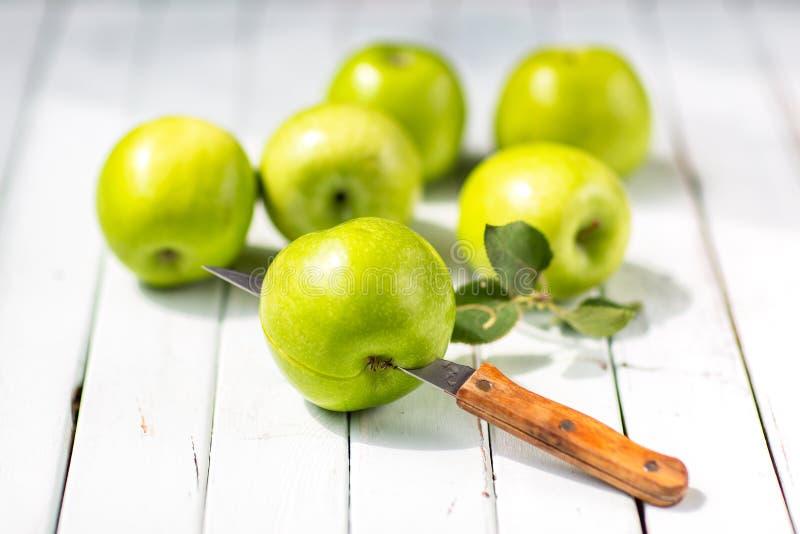 Zieleni jabłka na lekkim drewnianym tle obraz royalty free