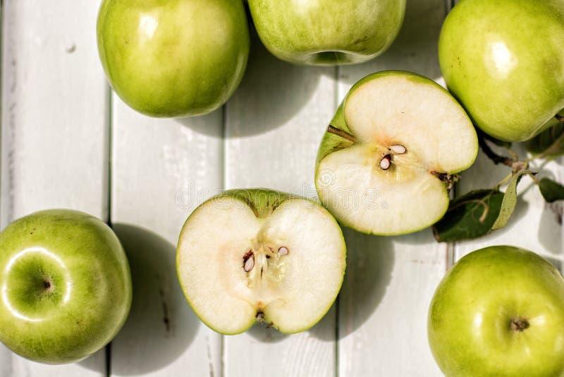 Zieleni jabłka na lekkim drewnianym tle owoc, zdrowie Apple w kontekście zdjęcia stock