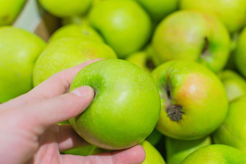 Zieleni jabłka na rynku zdjęcia royalty free