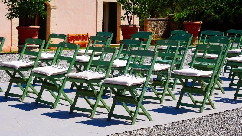 Zieleni krzesła są ustawianiem w rzędach dla wydarzenia obraz stock