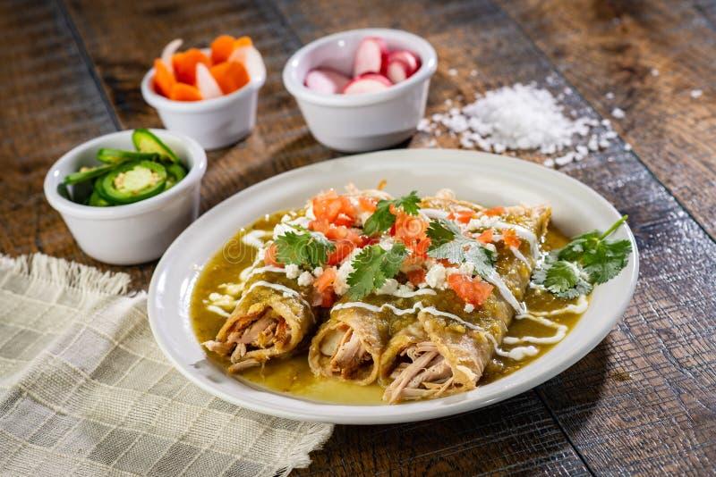 Zieleni kurczaków enchiladas zdjęcia stock