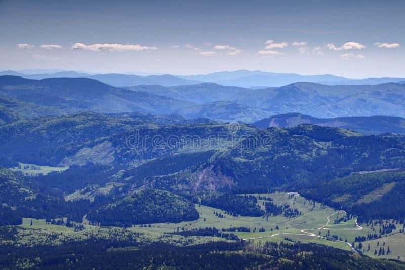 Zieleni lasy, łąki i wiejskich dróg Rudne góry Sistani, zdjęcia stock