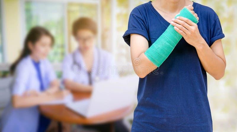 Zieleni obsada na ręce kobiety na zamazanym dwa kobiet doktorskim dowcipie zdjęcia royalty free