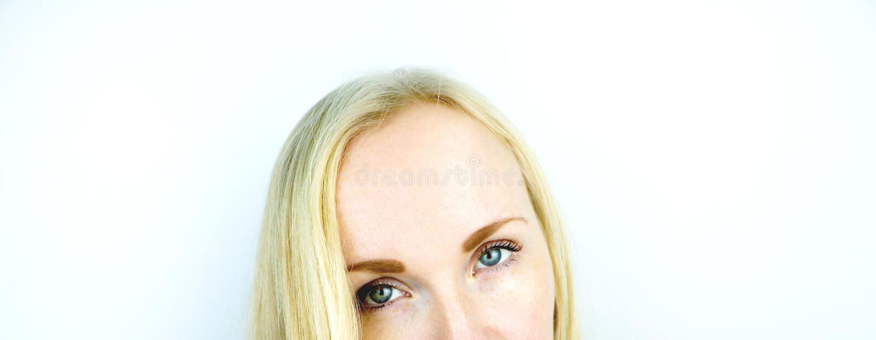 Zieleni oczy piękna dziewczyna Biały tło Blondynka piegi obraz stock