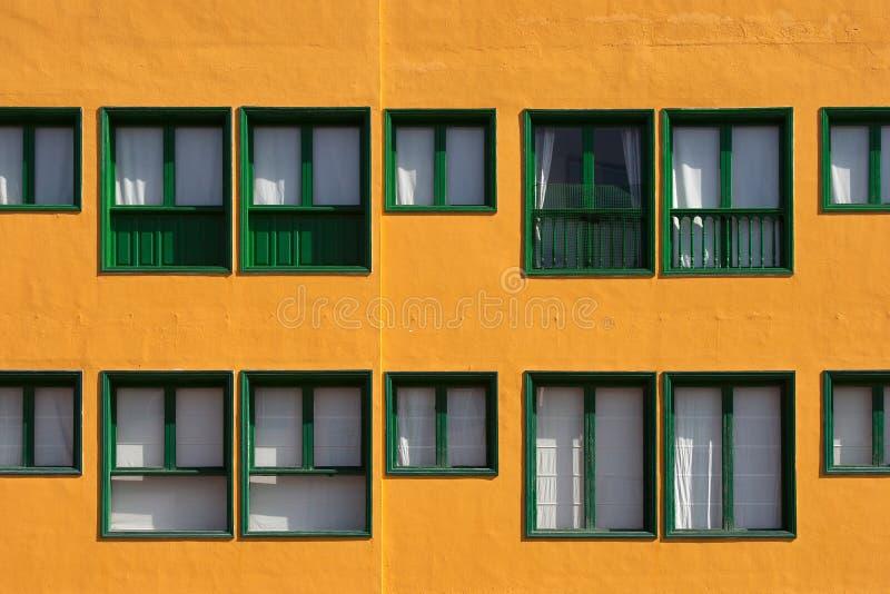 Zieleni okno, pomarańczowa fasada fotografia stock