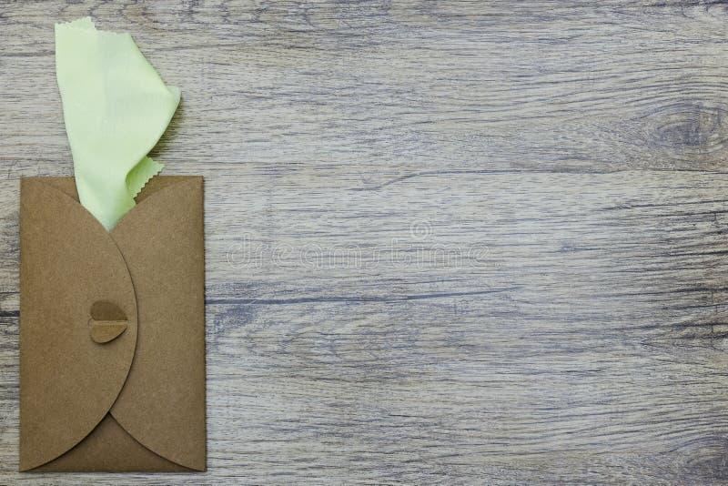 Zieleni pielucha kije z rzemiosło koperty Fotografia od above Mieszkanie nieatutowy fotografia stock