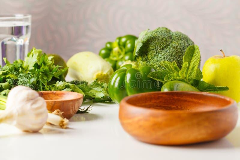Zieleni warzywa na stole Jarzynowej weganin diety karmowy tło: obraz stock
