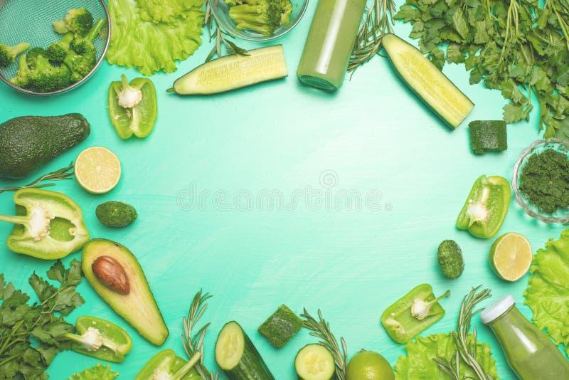 Zieleni warzywa na zielonym tle Skład, zdrowe karmowe diety, sporty, i Sztandar dla obraz stock