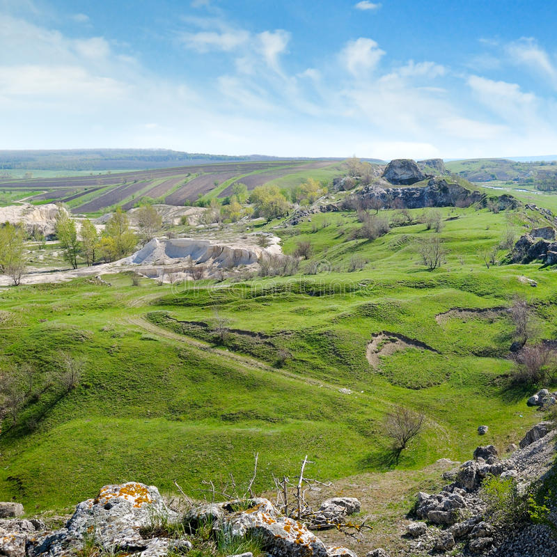 zieleni wzgórza i wiejski krajobraz fotografia royalty free