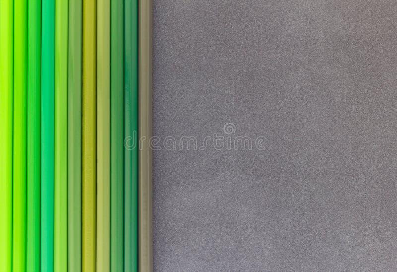 Zielenieje barwionych ołówki na ciemnego tła odgórnym widoku obraz royalty free