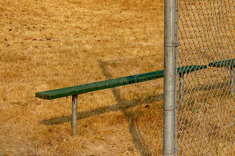 zielona ławka na krawędzi lata balowy pole zdjęcie royalty free