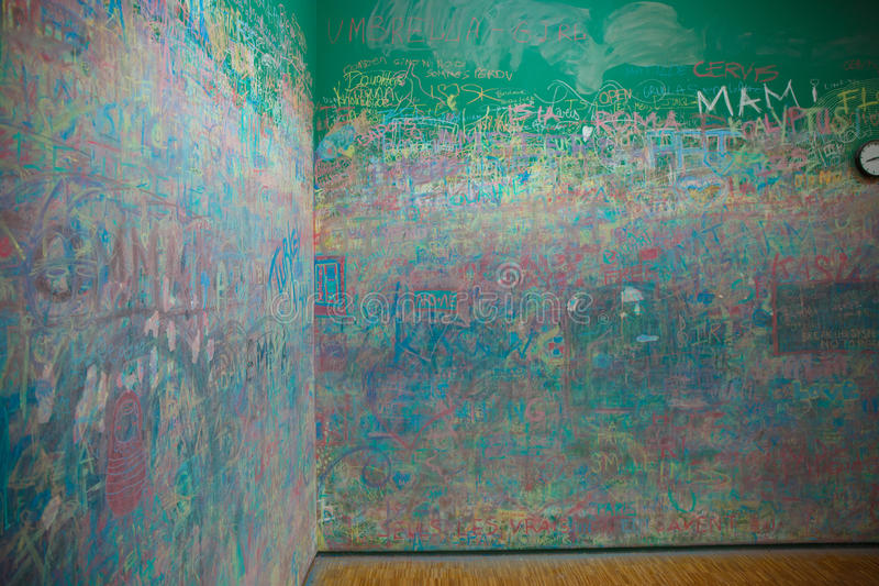 Zielona ściana gryzmoląca z kredą zdjęcie royalty free