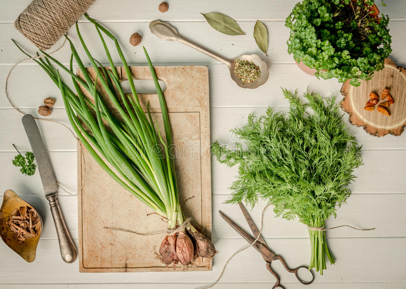 Zielona cebula, koper na tnącej desce, topshot fotografia stock