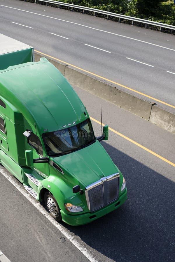 Zielona duża takielunku semi ciężarówka dla dalekiego zasięgu ładunku odtransportowania suchy va zdjęcie stock