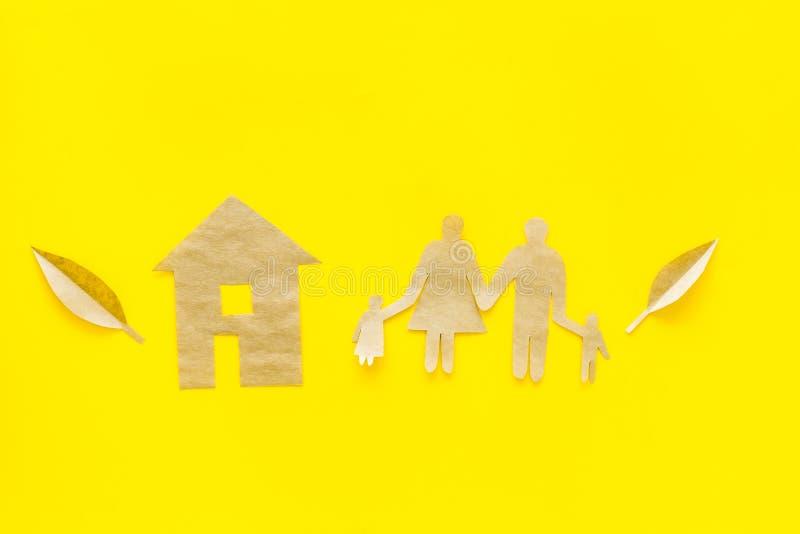 Zielona energia dla domowego pojęcia Opieka dla środowiska Domowa wycinanka robić rzemiosło papier blisko rodzinnej wycinanki na  zdjęcia royalty free