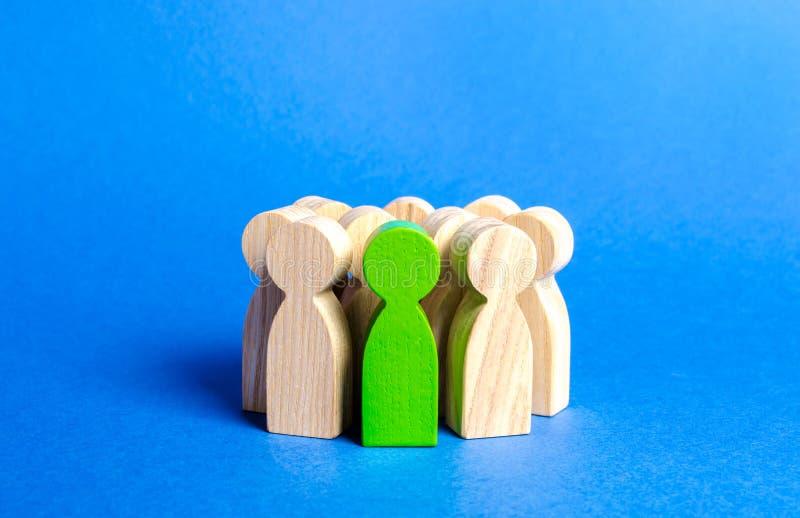 Zielona figurka osoba w tłumu Spo?ecze?stwo, grupa spo?eczna zarządzanie ludzie Przywódctwo ilości, utalentowane obrazy stock