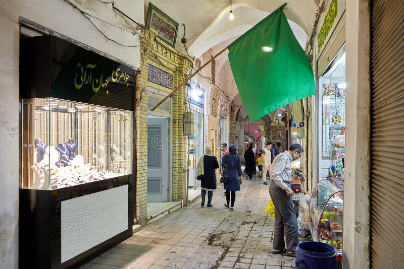Zielona flaga nad handli rzędami wschodni bazar, Kashan, Iran fotografia royalty free