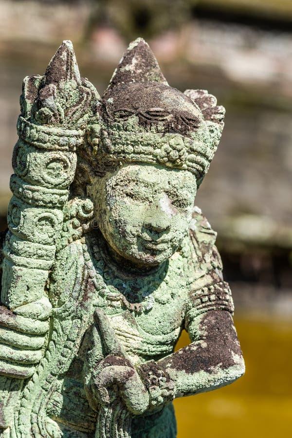 Zielona foremka zakrywał statuę przy Royal Palace, Klungkung Bali Indonezja zdjęcie royalty free