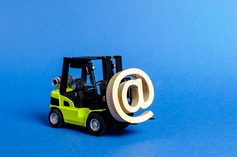 Zielona Forklift ciężarówka niesie emaila symbolu reklamę PRZY Integracja przemysł w sieć internet i technologie obrazy stock