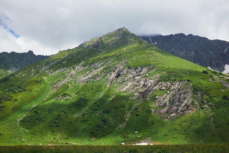 Zielona góra zamknięta w górę tła chmury przeciw fotografia stock
