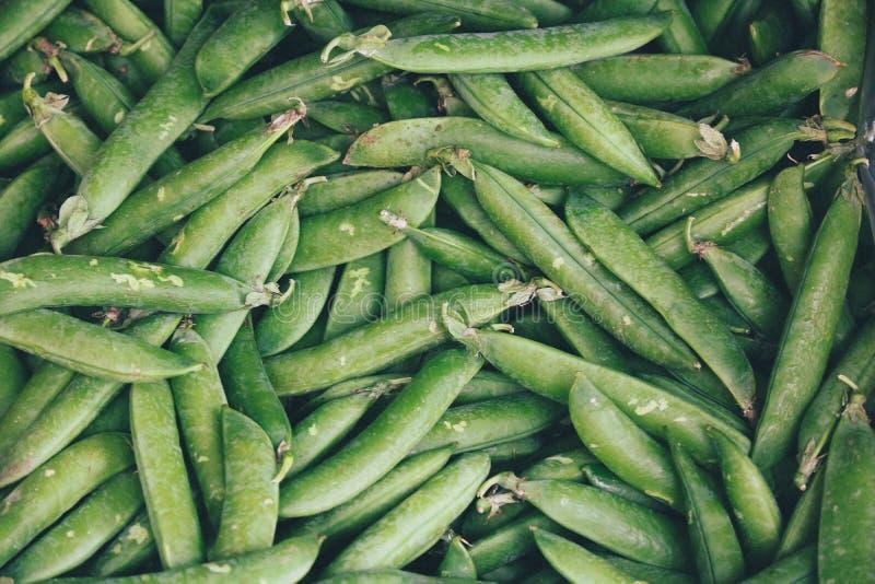 Zielona grochowych strąków tekstura na rynku zdjęcia royalty free