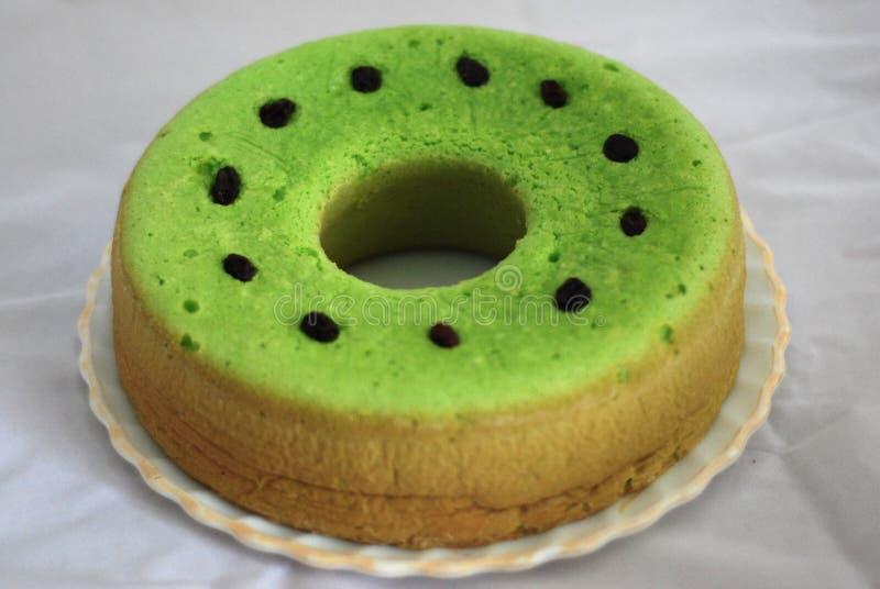 Zielona herbata doprawiał gąbki chlebowy jasnozielonego z rodzynek ziarnami nad ono obraz royalty free