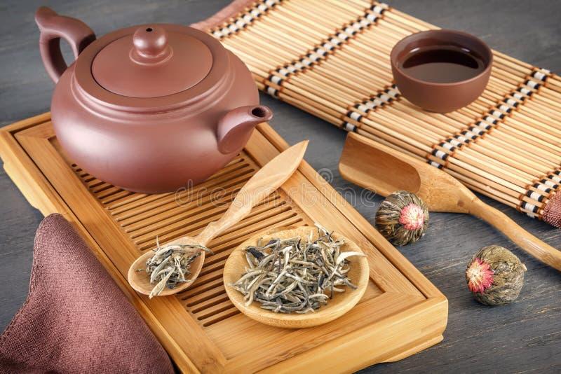 Zielona herbata i atrybuty dla herbacianej ceremonii ceramiczny teapot, filiżanki, durszlak, chopsticks i pincety -, obrazy stock