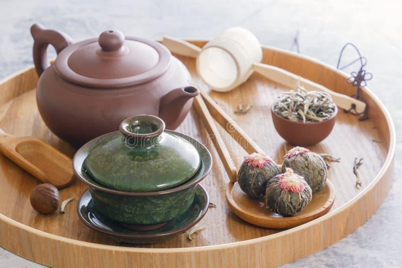 Zielona herbata i herbacianej ceremonii atrybuty ceramiczny teapot, filiżanki, durszlak, chopsticks i pincety umieszczający -, zdjęcie royalty free