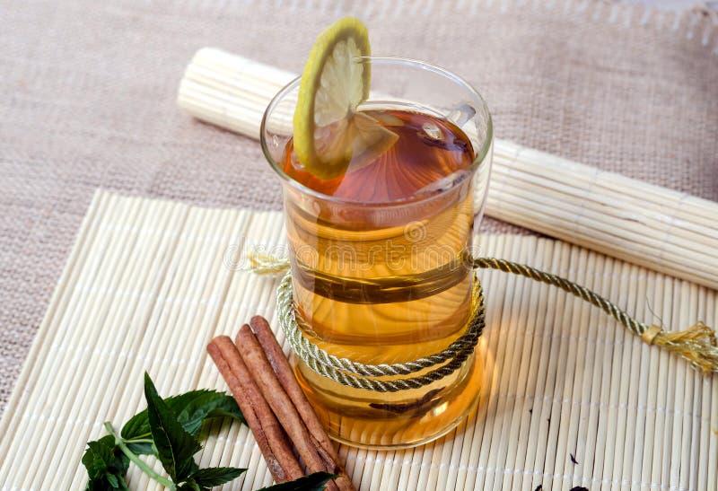 Zielona herbata z cynamonem, mennica i cytryna obrazy royalty free
