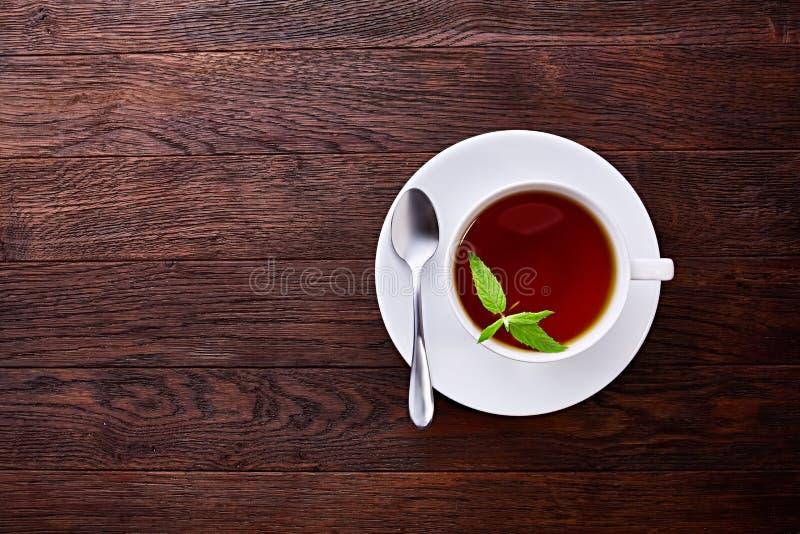 Zielona herbata z cytryną i mennicą na drewnianym stołowym tle obraz stock