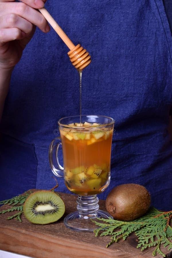 Zielona herbata z kiwi i miodem zdjęcie stock