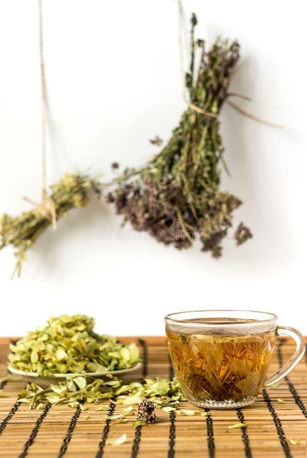 Zielona herbata z lipowymi kwiatami na macie zdjęcie royalty free
