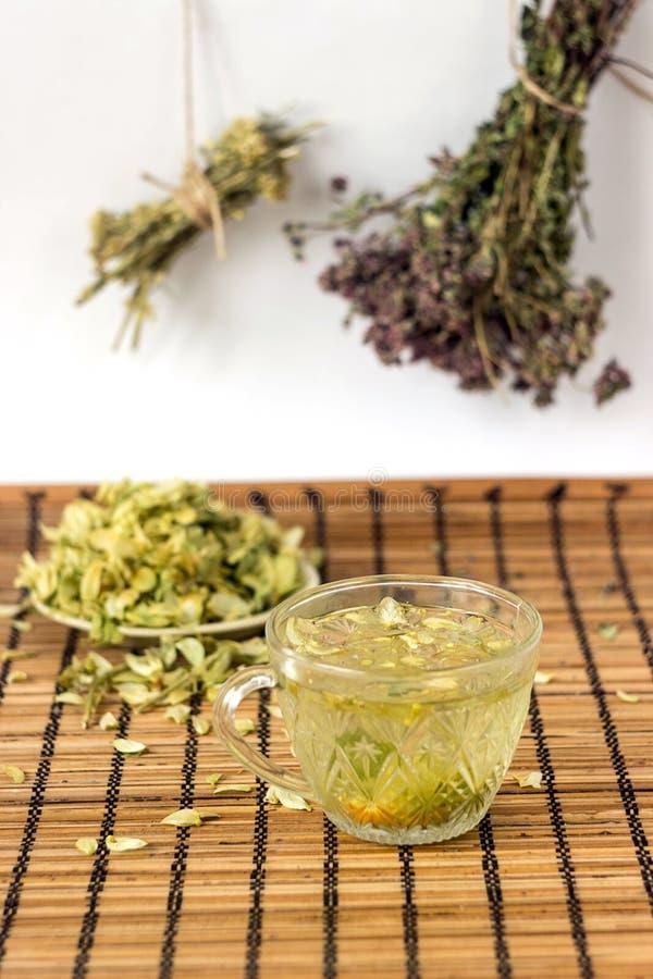Zielona herbata z lipowymi kwiatami w wieśniaka stylu obraz royalty free