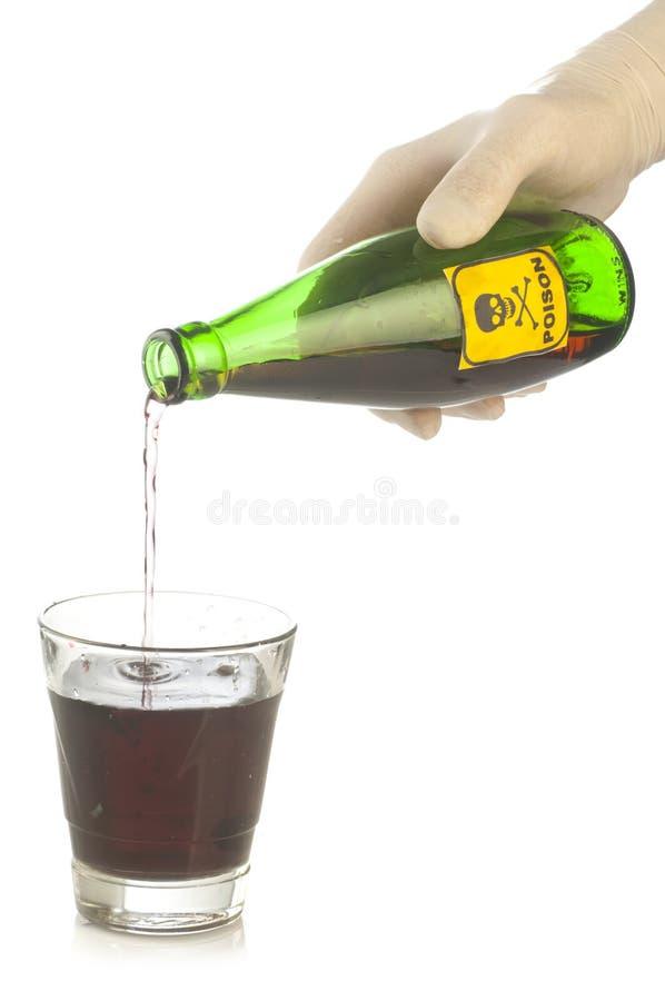 Zielona jad butelka z czaszką i crossbones na ręce obraz stock