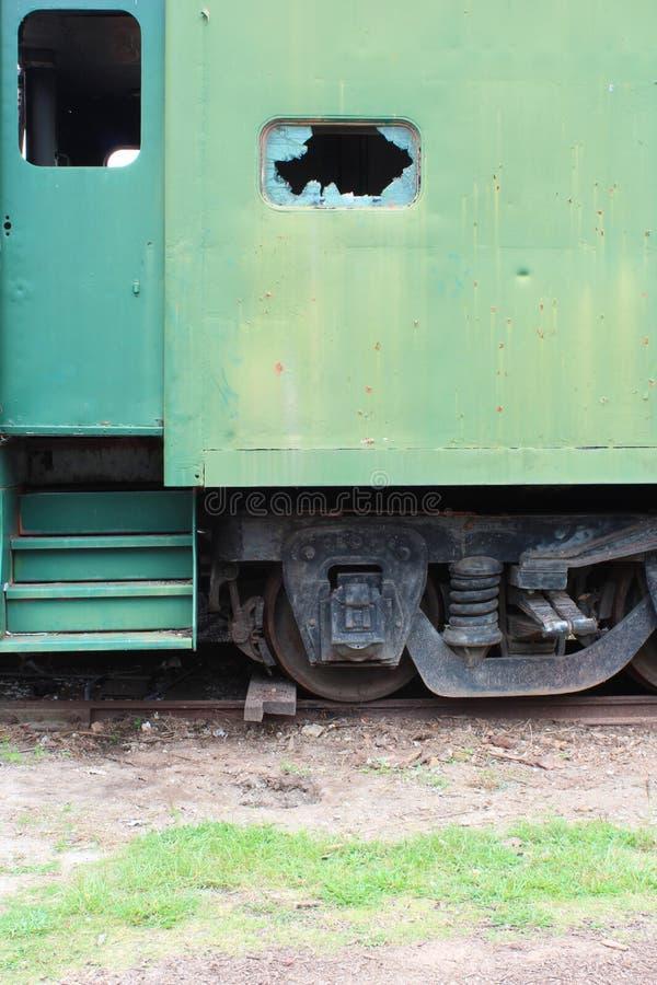 Zielona ośniedziała strona i drzwi antykwarski sztachetowy samochód z łamającym out okno obraz stock