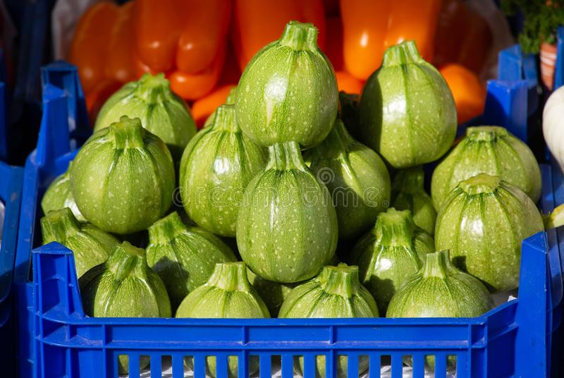 Zielona Round Zucchini sterta w Błękitnym pudełku na sprzedaży na rynku, zdjęcia stock